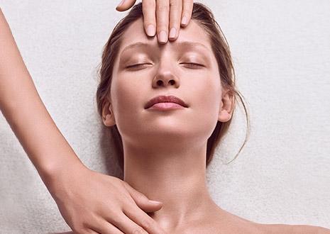 Mulher a receber tratamento Skin Spa