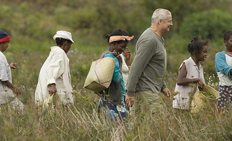 Christian Courtin-Clarins na zona de apanha da centelha asiática, em Madagáscar. O abastecimento nesta planta alimenta um programa de ajuda ao desenvolvimento