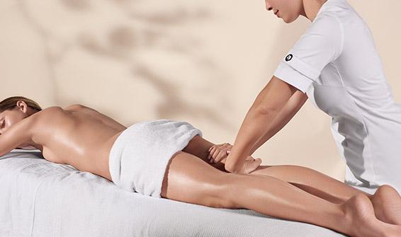 Esteticista Clarins a aplicar um tratamento para o corpo