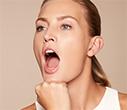Abra muito a boca,<br> empurre com força o queixo contra o punho               e mantenha a pressão